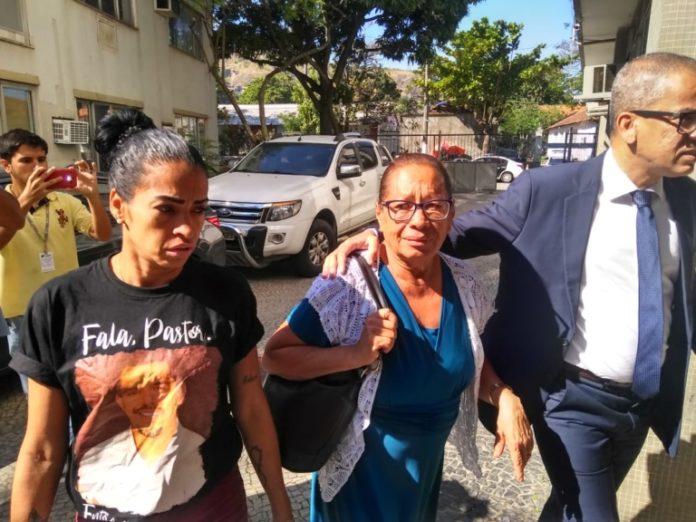 Mãe do pastor Anderson chega para depor com advogado / Foto: Pleno.News/Rafael Ramos