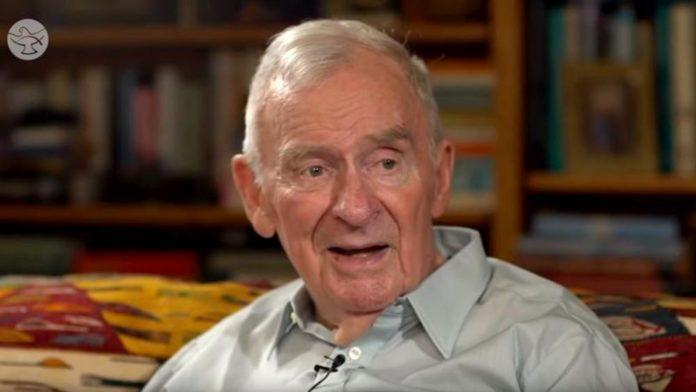 Bill Hayden era ateu e se converteu ao cristianismo aos 85 anos