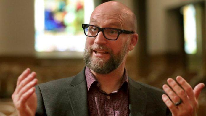 Rev. Dan Collison foi expulso da igreja com 77% dos votos.