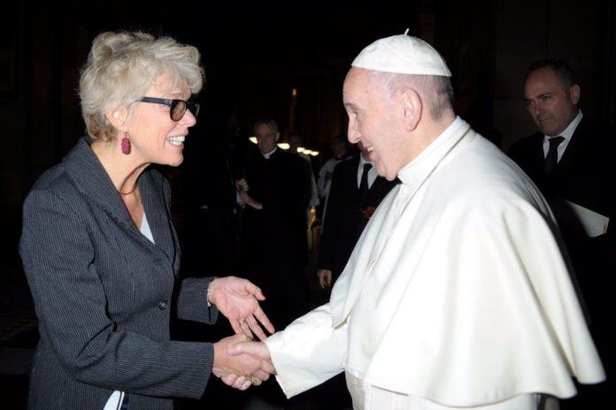 Papa Francisco cumprimenta Cristiane Murray, em imagem de arquivo — Foto: Vatican News/ Reprodução