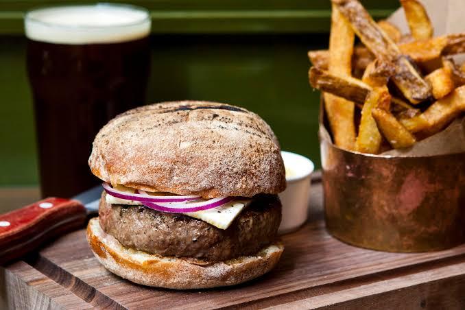 Hambúrguer com pão ciabatta e batata frita