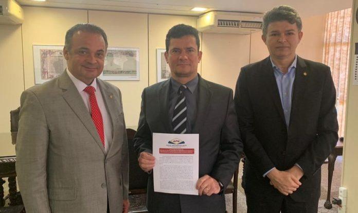 Os deputados federais Roberto de Lucena (Esq) e José Medeiros com o ministro da Justiça e Segurança Pública, Sergio Moro. (Foto: Reprodução/Assessoria)
