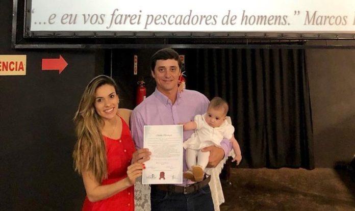 Fael, a esposa Anna Flávia e Laura, a filha do casal que nasceu em abril deste ano. (Foto: Reprodução/Instagram)