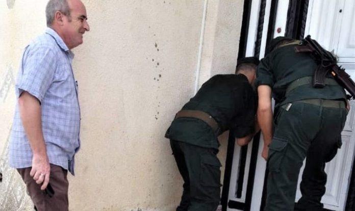 Pastor Messaoud Takilt acompanha fechamento da igreja pela polícia argelina. (Foto: Reprodução/Star Morning)