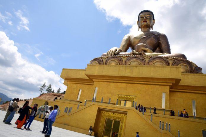 Local de adoração com Buda gigante. Outras imagens de Buda, igualmente gigante, são espalhadas pelas cidades do Butão Crédito: Portas Abertas