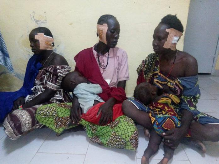 Mulheres de uma aldeia cristã nos Camarões se recuperam depois de terem suas orelhas cortadas por membros do Boko Haram (Foto: Portas Abertas)