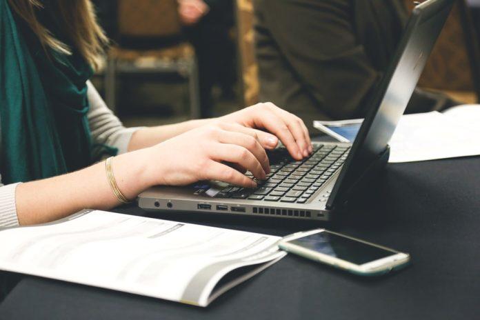Mulher usando notebook