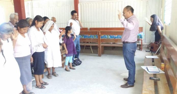 Cristãos durante culto em uma igreja no México