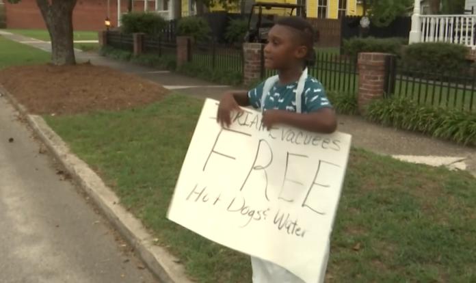 O garoto Jermaine Bell usou o dinheiro de seu aniversário para comprar alimentos para evacuados do furacão Dorian. (Foto: Reprodução/WJBF)