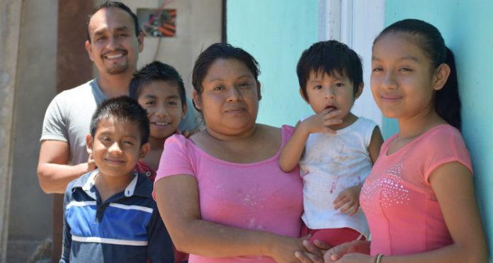 Lauro, a esposa e quatro filhos foram expulsos da comunidade, após ele enfrentar seguidas prisões no México