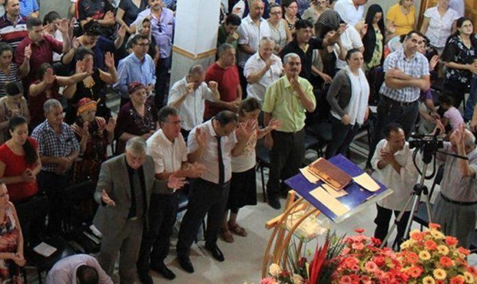 Cristãos durante Culto na Argélia. (Foto: Reprodução/SAT-7)