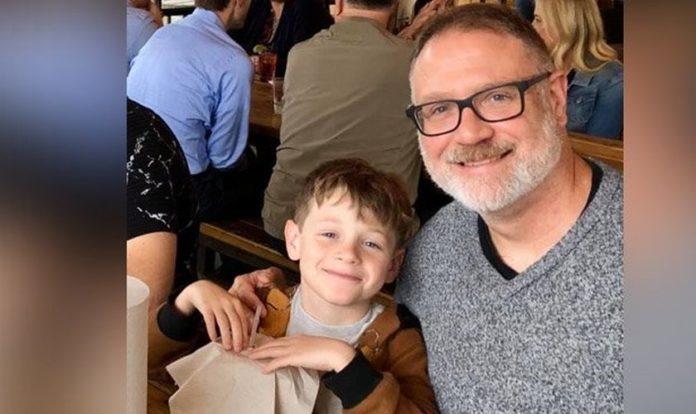 Jeffrey Younger (direita) e seu filho James agora não podem mais se encontrar, a não ser que o pai trate o garoto como uma menina. (Foto: The BL)