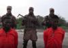 Missionários Godfrey Ali Shikagham (à esquerda) e Lawrence Duna Dacighir, antes de serem executados pelo Boko Haram. (Imagem: Amaq)