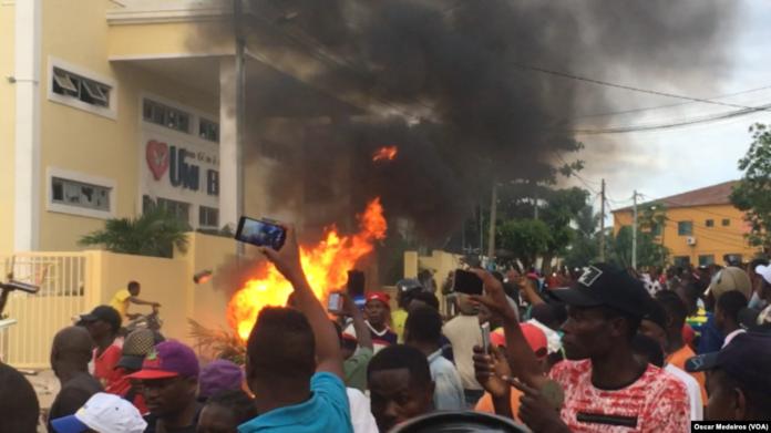Protesto em frente a um templo da Igreja Universal do Reino de Deus, em São Tomé e Príncipe