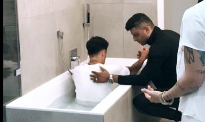 O pastor Tiago Brunet publicou uma foto do momento do batismo em seus stories do Instagram. (Foto: Instagram)