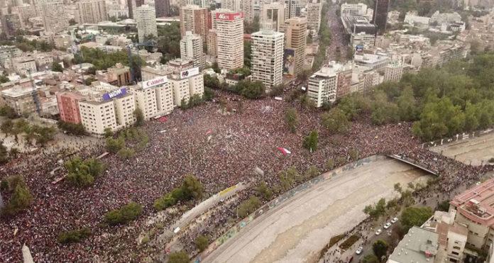 Manifestações no Chile levam milhares de pessoas às ruas