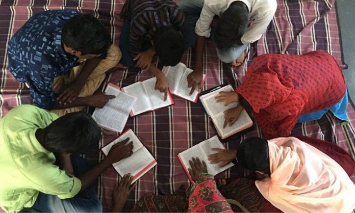 Cristãos lendo a Bíblia na Índia