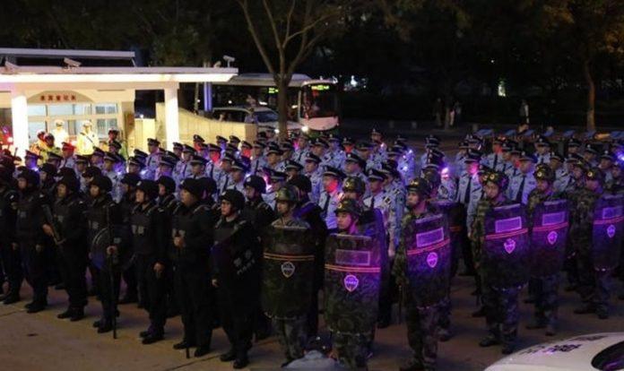 Policiais se preparam para a operação que prendeu mais de mil membros da Igreja do Deus Todo-Poderoso na China