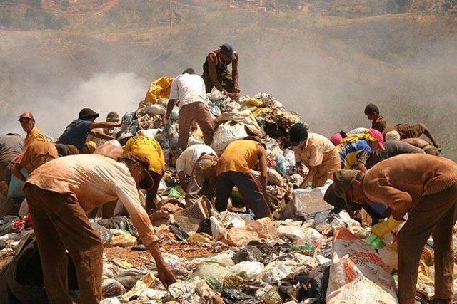 Extrema pobreza: pessoas procuram comida no meio do lixo.