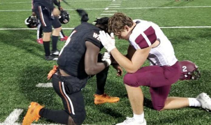 Os atletas Gage Smith e Ty Jordan oraram juntos após jogo de futebol americano. (Foto: Takka Jordan)