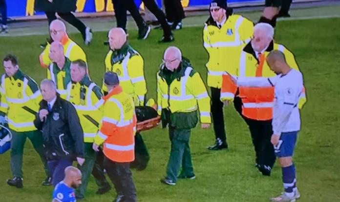 Imagem registra momento em que o meia brasileiro Lucas Moura ora pelo jogador que fraturou o tornozelo. (Foto: Reprodução/Twitter)