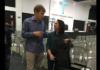 Paul Rapley conversa com a jovem já fora da cadeira de rodas. (Foto: Reprodução/Facebook)