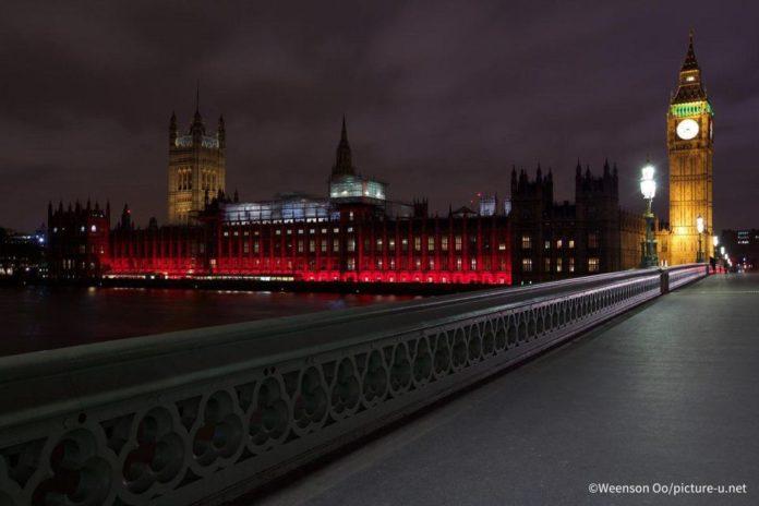 Prédio do Parlamento do Reino Unido iluminado com a cor vermelha em memória dos cristãos perseguidos (Crédito da foto: Aid to Church in Need, Reino Unido / Weenson Oo)
