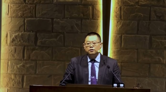 Pastor Wang Yi em um sermão na Igreja do Convênio da Chuva Precoce em Chengdu, China.