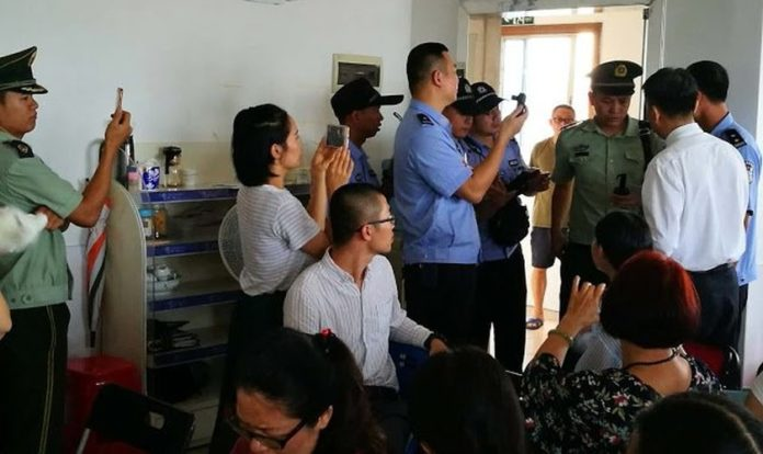 A mando do Partido Comunista Chinês, policiais interrompem culto em igreja doméstica na China. (Foto: China Aid)