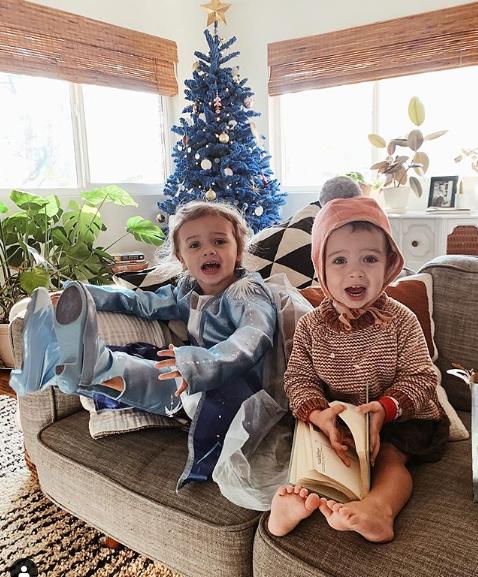 A menina Olive (direita) com o seu irmão Elsie. (Foto: Instagram / Kalley Heiligenthal)