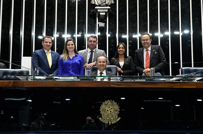 Parlamentares fazem foto comemorativa à aprovação do PL Complementar 55/2019 (Foto: Roque de Sá/Agência Senado)