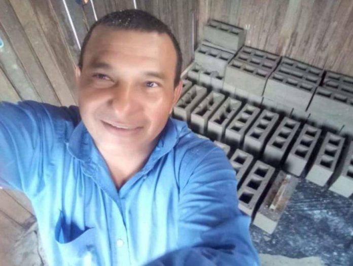 O pastor Marcos Antônio Laurêncio de Araújo, 47, morreu após levar uma descarga elétrica do microfone, enquanto pregava no culto, em Manaus