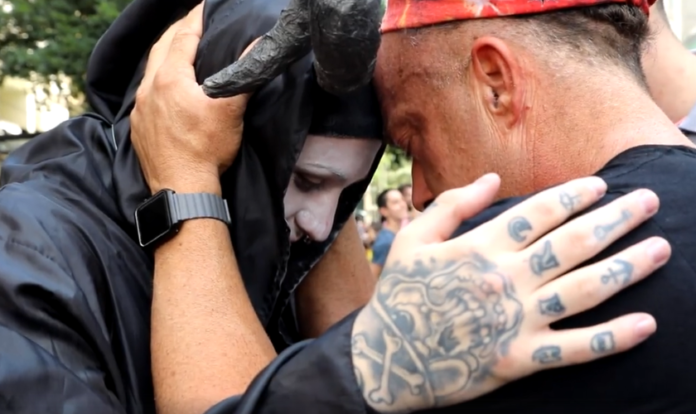Todd White durante oração por satanista. (Foto: Reprodução/Facebook)
