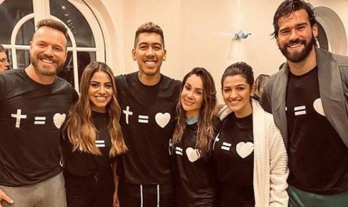Em seu batismo, Roberto Firmino contou com a presença de sua esposa, Larissa Pereira, do parceiro de time Alisson Becker e da cantora Gabriela Rocha. (Foto: Instagram)