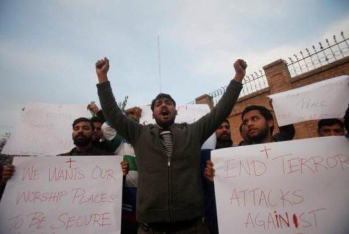 Cristãos protestam contra ataques a igrejas no Paquistão