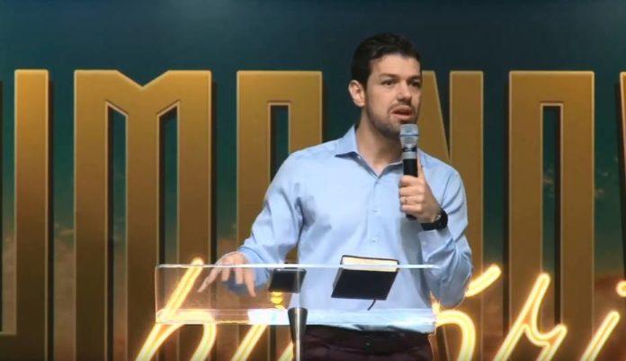 O reverendo Emerson Patriota, da Igreja Presbiteriana de Londrina, no PR, durante culto Foto: Reprodução/Youtube