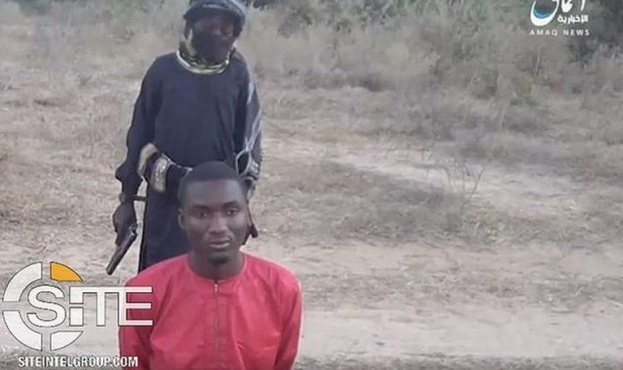 Imagens divulgadas pelo Estado Islâmico mostra uma criança de 8 anos realizando a execução de um cristão nigeriano. (Foto: SITE Intelligence Group)
