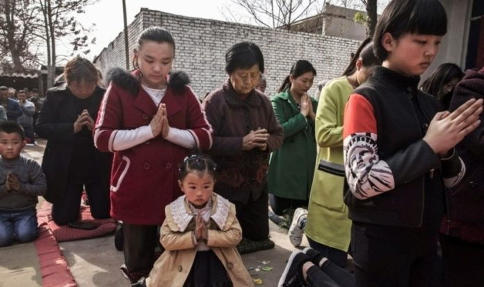 Cristãos participam de cerimônia na China. (Foto: Getty Images/Kevin Frayer)