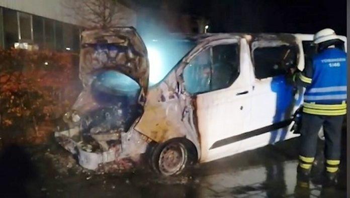 Feministas incendiaram veículo e picharam igreja evangélica na Alemanha