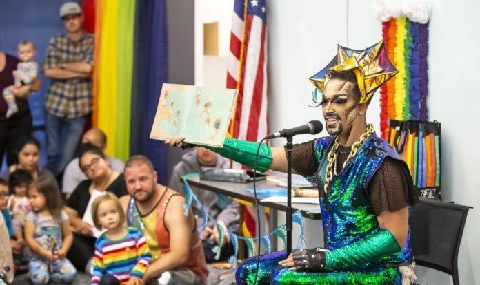 O momento de histórias contadas a crianças por Drag Queens era restrito às bibliotecas públicas nos EUA, porém agora, escolas públicas também estão aderindo ao programa. (Foto: The Seattle Times)