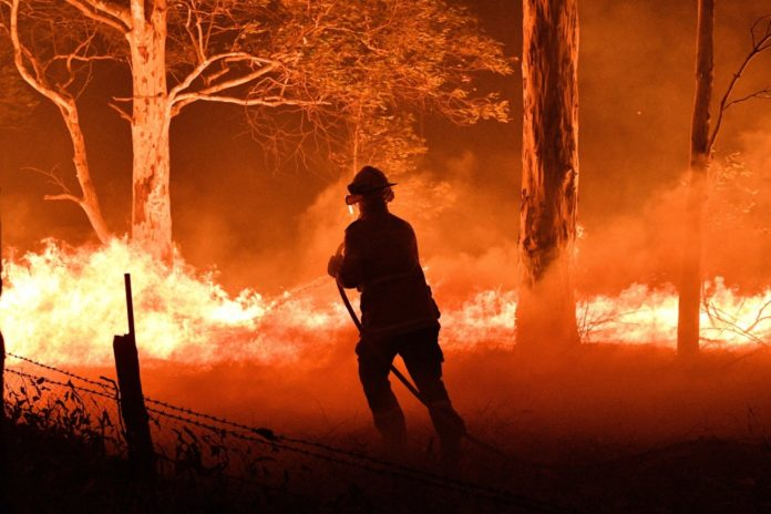 Bombeiros se arriscam para combater incêndio na Austrália