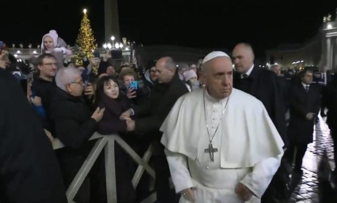 Papa Francisco irritado após dar tapa na mão de uma fiel que o puxou