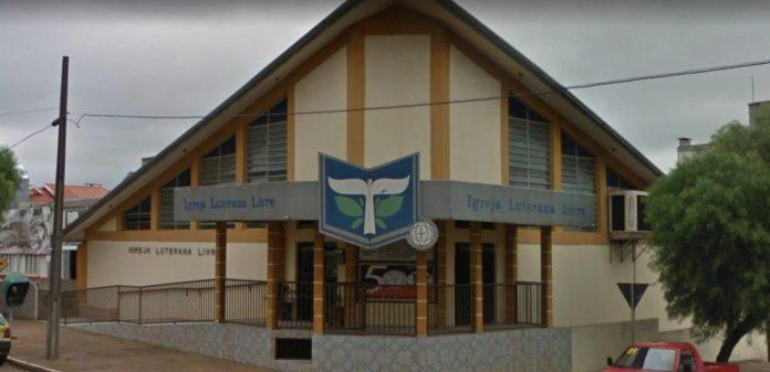 Igreja Luterana Livre Central foi incendiada por criminosos em Campo Mourão, no Paraná