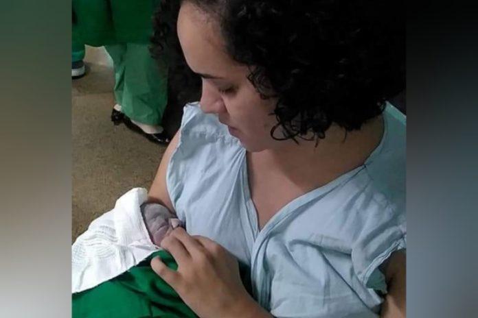 Adrielle William com seu bebê prematuro.