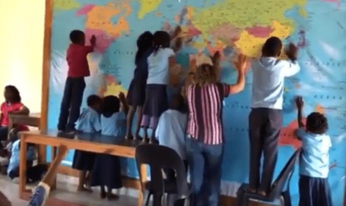 Crianças do projeto Kutsemba Ka África (Acreditar em África) clamando pelas nações. (Foto: Reprodução/YouTube)
