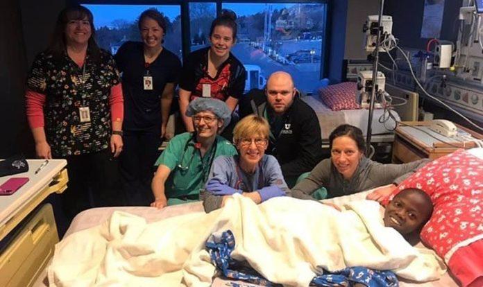 Robert com a equipe médica após a cirurgia, nos EUA. (Foto: Reprodução/UGCN)