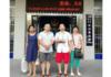 O pastor Li Wanhua (segundo da direita) foi convocado por autoridades policiais sobre informações do coronavírus. (Foto: Reprodução/ChinaAid)