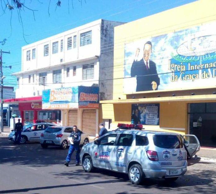 Equipe da Guarda Civil fecha igreja no centro de Ponta Porã por causa do coronavírus (Foto: Capitán Bado.com)