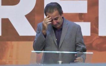 Pastor Silas Malafaia de cabeça baixa durante pregação