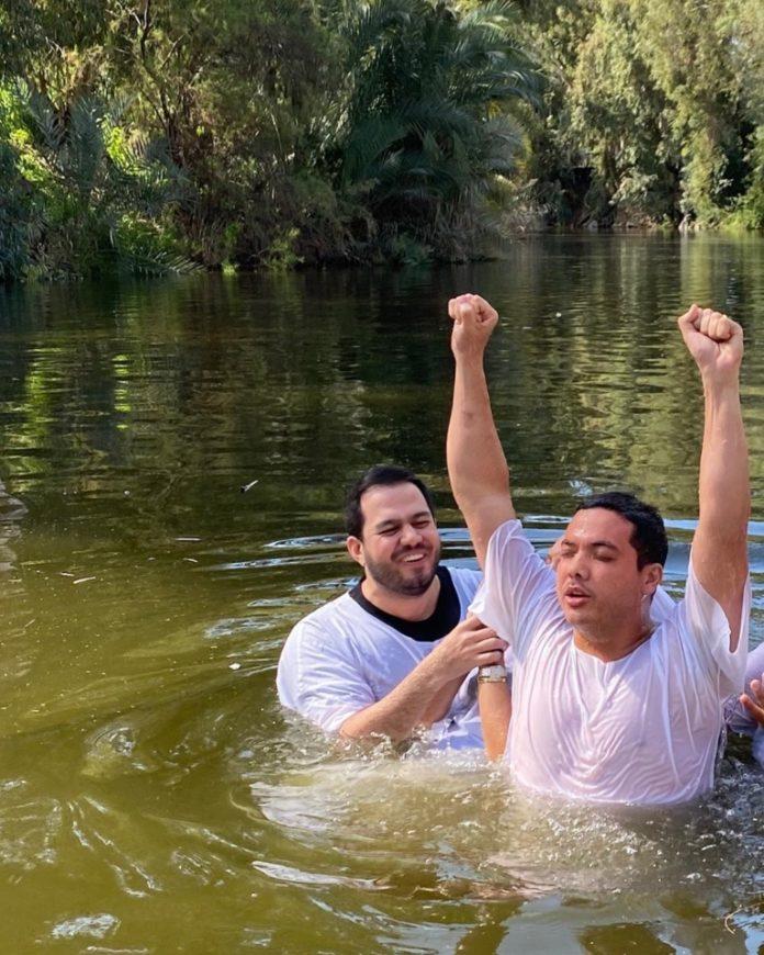 Wesley Safadão é batizado no rio Jordão: